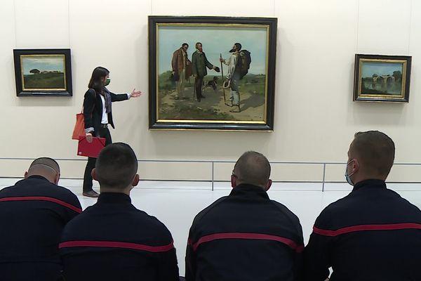 Les pompiers devant la Rencontre de Gustave Courbet, lors d'un stage inédit pour apprendre à démonter les tableaux majeurs du Musée Fabre en cas de sinistre.