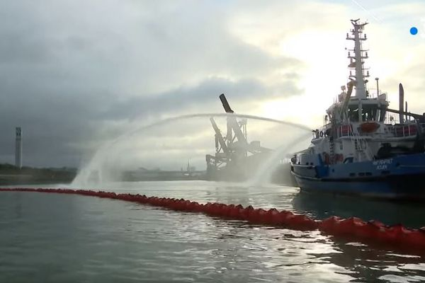 Des bateaux dépollueurs sont engagés sur la Seine le 28 septembre pour lutter contre la pollution issue de l'incendie de l'usine Lubrizol à Rouen.