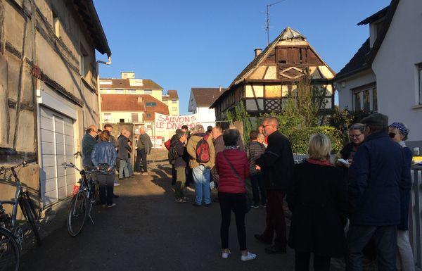 Dinghof, Danielle Dambach et des habitants de Schiltigheim devant le Dinghof, lundi 16 avril 2018