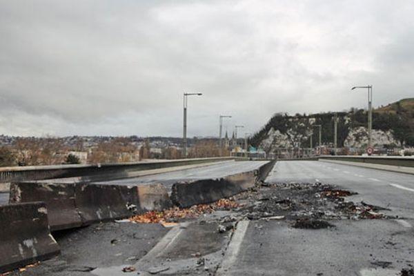 Les dégâts sur le pont Mathilde après l'accident du 29 octobre 2012