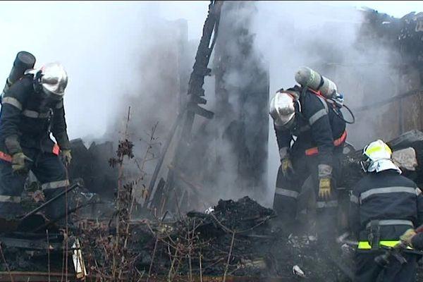C'est au terme de plusieurs heures de déblaiement que les pompiers ont retrouvé le corps sans vie de la propriétaire du chalet