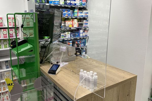 A Abbeville (Somme), une pharmacie a installé des vitres en plexiglass sur ses comptoirs pour essayer de lutter contre la propagation du Coronavirus.