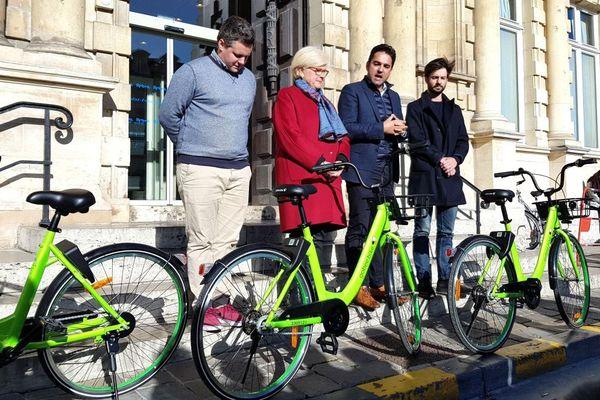 Présentation des vélo Gobee.Bike en présence des élus Catherine Vautrin (LR), présidente de Reims Métropole et Arnaud Robinet (LR), maire de Reims.