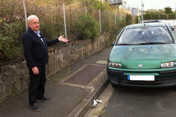 A Montluçon dans l'Allier, ce garagiste doit faire face à la colère de ses voisins. Il gare certaines de ses voitures dans la rue, des stationnements qui ne gênent personne selon lui.