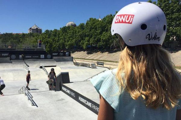 Daniella, 10 ans, s'apprête à participer aux qualifications féminines de skateboard.