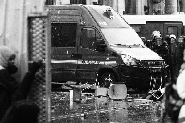 Place Pey Berland les gendarmes face à des manifestants, tirs de lacrymogènes à plusieurs reprises.