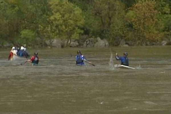Interception sur le cours d'eau ... seuls les plus expérimentés ont le droit d'effectuer la descente.