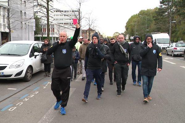 Les arbitres ont manifester entre le siège du District des Flandres et celui de la Ligue des Hauts-de-France.