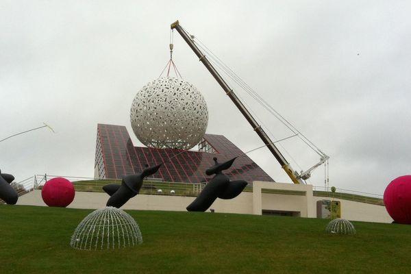 La Boule a été posée en une quinzaine de minutes ce matin au Futuroscope