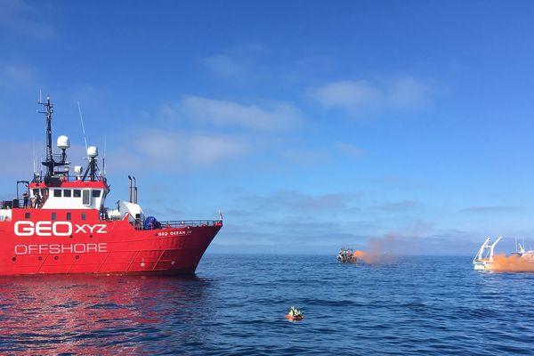 Dépôts de gerbe et jets de fumigènes au pied du Geo Ocean IV