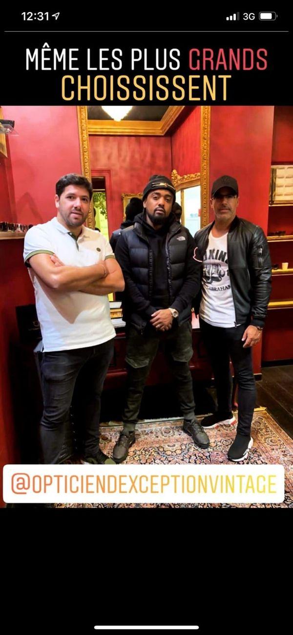 """John et Baruk Abergel, posent avec le rappeur Alonzo dans la """"vintage room"""" de leur boutique à Strasbourg."""