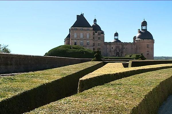 Des milliers de buis dans le parc du château de Hautefort