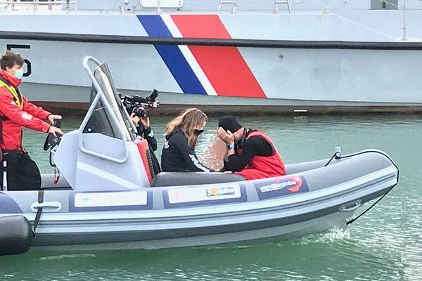 Jérémie Beyou de retour aux Sables-d'Olonne, en compagnie de sa compagne venue l'accueillir après que son bateau a percuté un objet flottant endommageant les foils