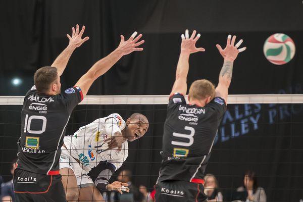 Smash de Nathan Wounembaina lors de la rencontre entre le Tours Volley Ball et Chaumont, le 5 mai 2018.