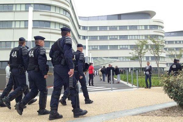 Cordon de CRS à l'hôpital de Lorient