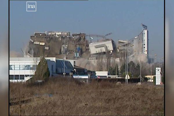 Le bâtiment de fabrication des émulsions, lors de sa démolition contrôlée, le 10 février 2008