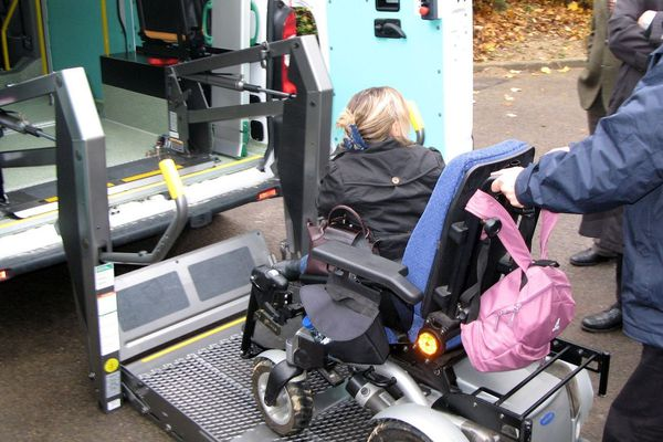 Les véhicules de transports sont parfois inadaptés pour les fauteuils roulant électriques. Illustration