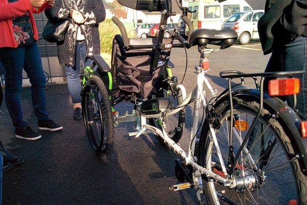 Sur un vélo-pousseur, la roue avant est remplacée par un fauteuil roulant.