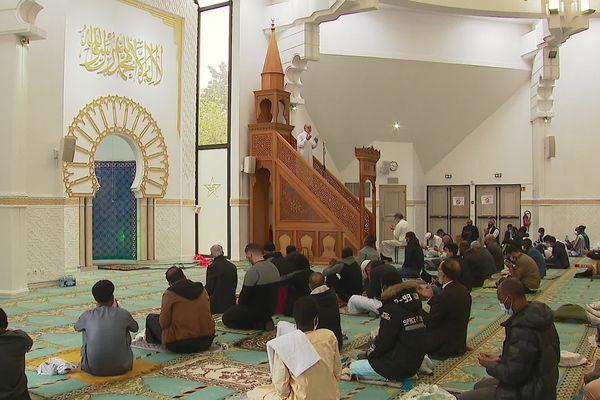 Les fidèles dans la salle de prière de la Grande Mosquée de Lyon pour l'Aïd el-Fitr, qui marque la fin du Ramadan.