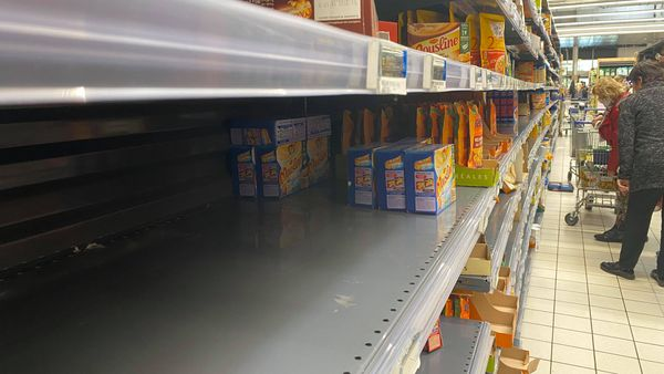 Les étagères sont à moitié vides dans les magasins