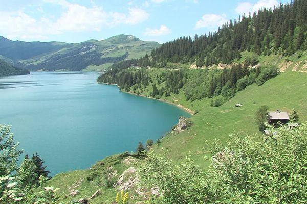 Le lac de Roselend, en Savoie, est presque à un niveau historique cet été.