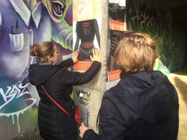 """Les militantes du collectif """"Jamais sans consentement"""" posent leurs affiches à Vannes"""