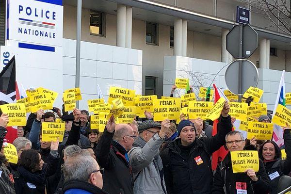 Mercredi 29 janvier, plus de 300 personnes sont venues manifester devant le commissariat de police de Clermont-Ferrand.