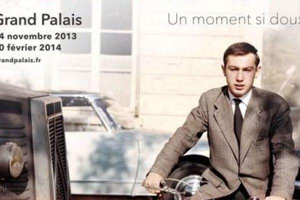 """Raymond Depardon - Autoportrait au Rolleiflex (posé sur un mur)-1er scooter de marque Italienne """"Rumi"""", avec étiquette de presse sur le garde-boue. Île Saint-Louis. Paris, 1959 - 25 x 25 cm"""
