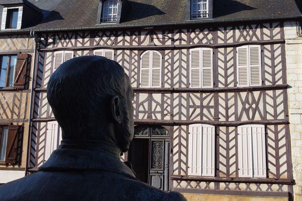 Le buste d'Hippolyte Bayard devant sa maison natale à Breteuil
