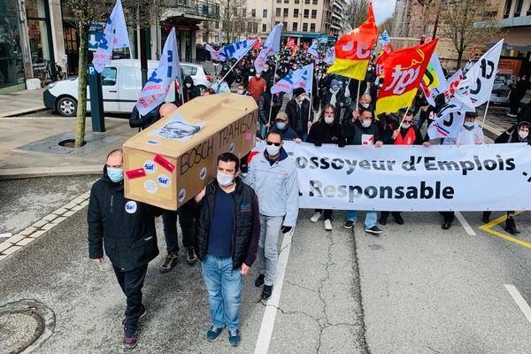 Près de 800 personnes, salariés de l'usines Bosch et leurs soutiens, ont défilé au départ de l'esplanade des Rutènes à l'appel des trois organisations syndicales de l'usine.