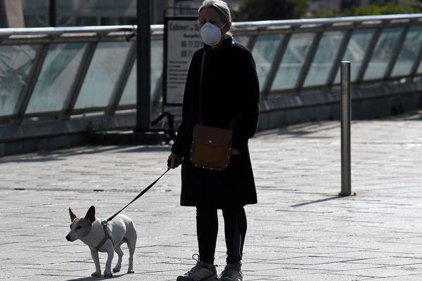 Une femme promène son chien pendant le confinement à Montpellier.