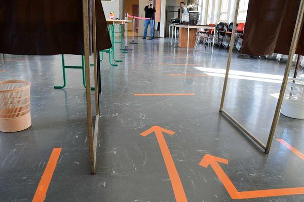 Un bureau de vote à Lons-le-Saunier avant le premier tour des municipales, le 13 mars 2020.