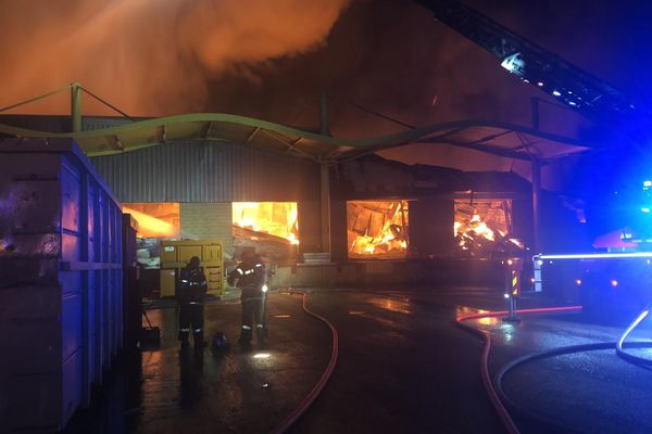 Les pompiers de L'Aube face à un incendie d'entrepôt de carton