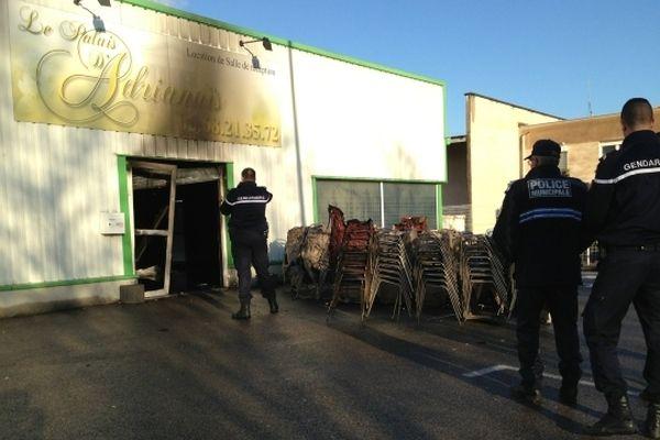 Les gendarmes effectuent des relevées devant la salle qui a brûlé.