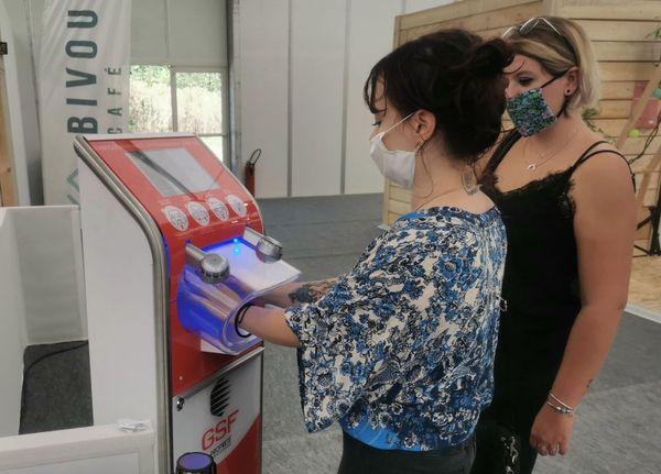 Désinfection des mains sans contact au fond du hall 3 avant de rentrer dans le concept store Cocoon.