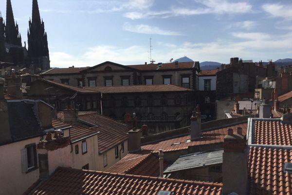 Voici la vue qu'offre l'appartement de Cécile Coulon pendant le confinement : la Cathédrale, le puy de Dôme et les toits de Clermont-Ferrand.