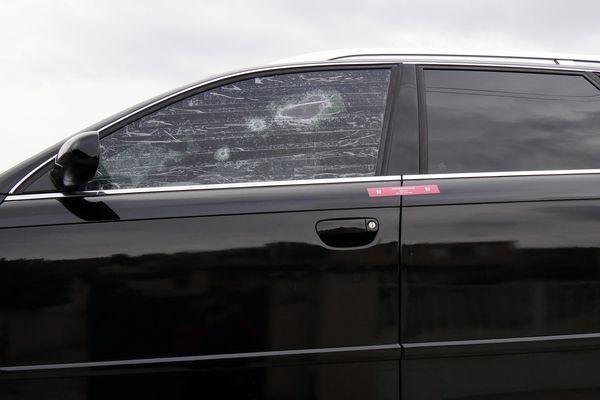 Plusieurs impacts de balles ont été relevés sur les vitres de la voiture.