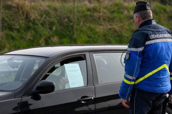 Contrôle de gendarmes dans l'ouest de la France, le vendredi 20 mars 2020