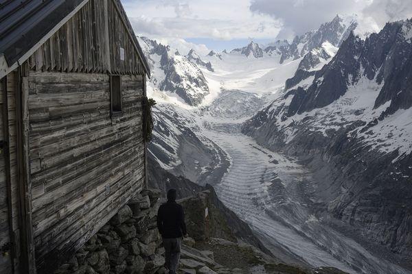 Le refuge de la Charpoua, perché à près de 3 000 mètres d'altitude dans le massif du Mont-Blanc, est l'un des plus vieux des Alpes françaises.