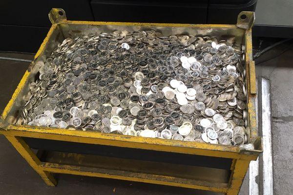 """Dans cette caisse, l'intégralité de la production: 20 000 médailles """"Merci"""", produites par l'atelier de Pessac de la Monnaie de Paris."""
