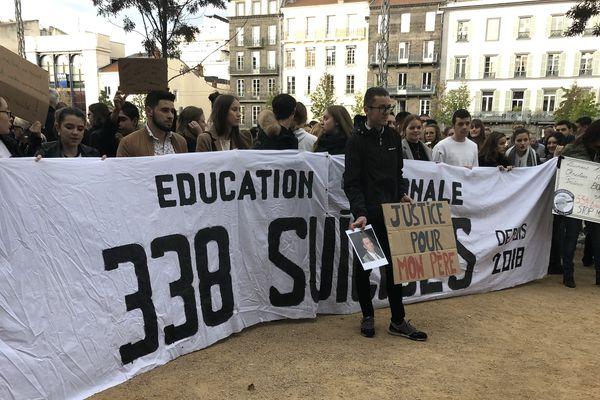 Un mois après le suicide d'un professeur au lycée hôtelier de Chamalières, dans le Puy-de-Dôme, une marche blanche est organisée, samedi 12 octobre. Elle est organisée par son fils, Sébastien.