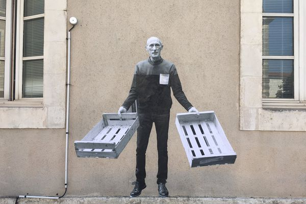 """Didier, bénévole de l'association 'Remplir les Ventres pas les poubelles"""" est mis à l'honneur au centre-ville de La Rochelle."""
