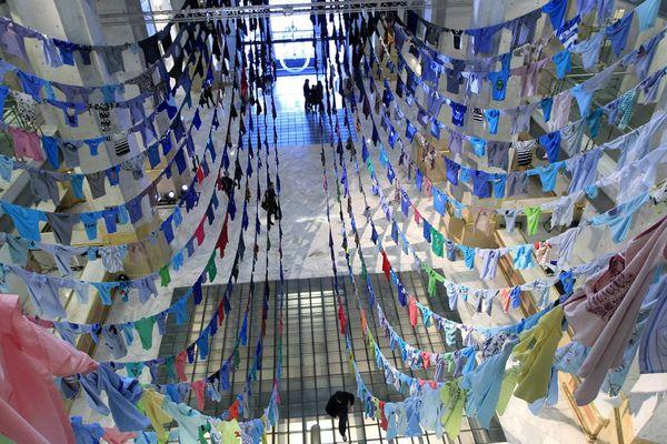 L'artiste finlandaise Kaarina Kaikkonen crées des oeuvres monumentales à partir de vêtements recyclés comme ici à Madrid