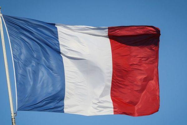 """Emmanuel Macron a appelé """"les Français qui le souhaitent à s'associer aux commémorations en pavoisant leurs balcons aux couleurs nationales"""" (illustration)."""