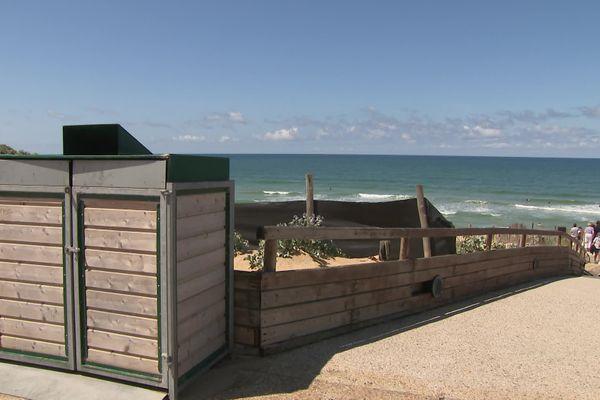 Des conteneurs ont été installés à l'entrée de la plage de Biscarrosse pour remplacer les poubelles. 02/08/21