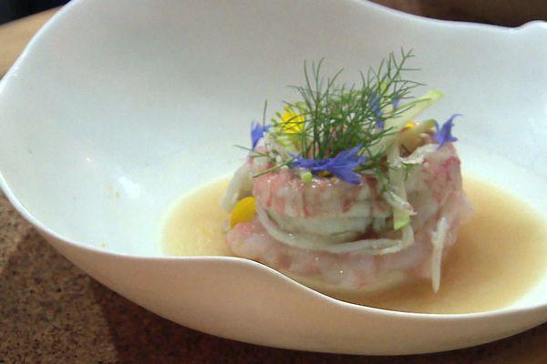 Les fleurs de mauve cueillies plus tôt dans la journée ont servi au dressage de ce plat de David Gallienne, chef étoilé du Jardin des plumes, à Giverny (Eure).