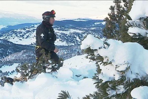 Un pisteur de la station de ski des Angles en train de préparer un tir préventif d'avalanche
