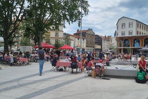 Un pique-nique géant a été organisé place des Carmes à Clermont-Ferrand ce samedi 10 juillet.