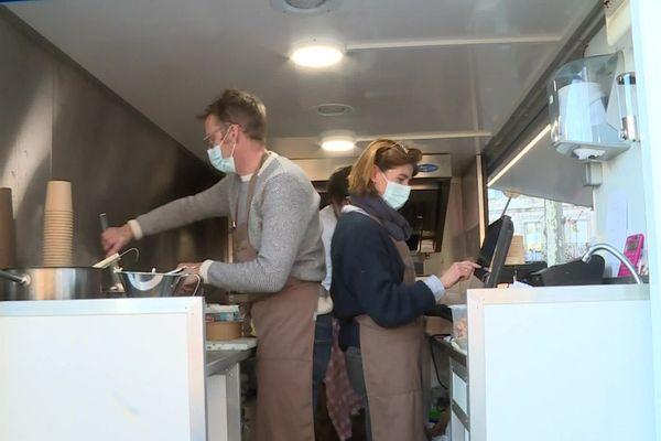 Le food truck du chef étoilé, une première sur le marché d'Agen. Le remède à la crise...