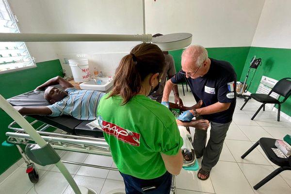 Les infirmières, médecins et secouristes ont mené de 150 à 200 consultations par jour, notamment pour des fractures ouvertes à traiter en urgence